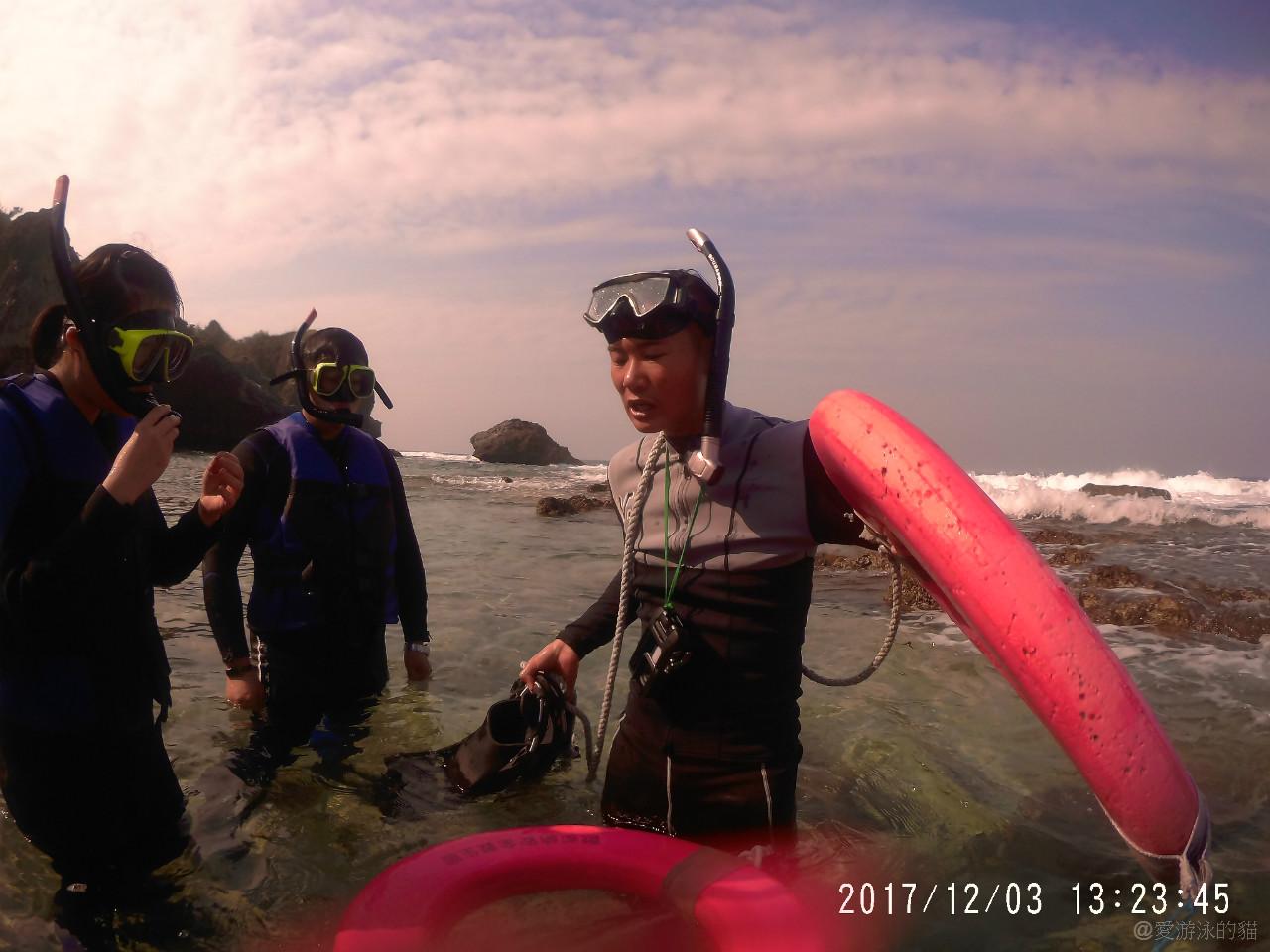 小琉球花瓶岩浮潛-教練很認真在帶